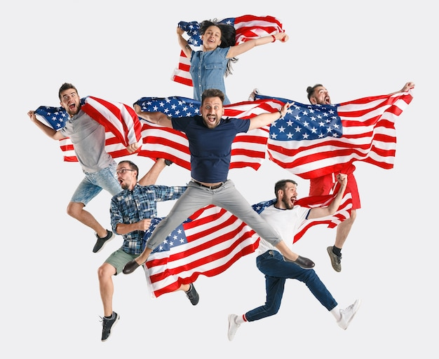 Een onafhankelijkheidsdag vieren stars and stripes jonge mensen met de vlag van de verenigde staten