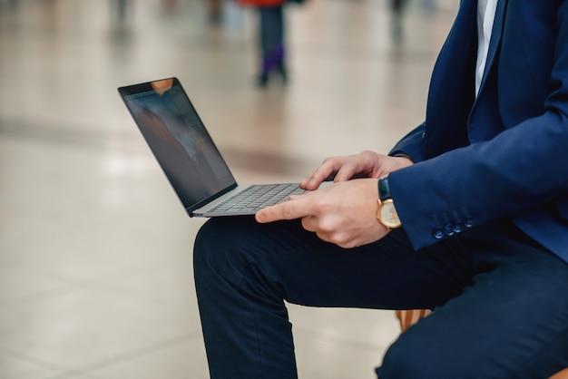 Een onderneemster die aan laptop zitting op een bank werkt