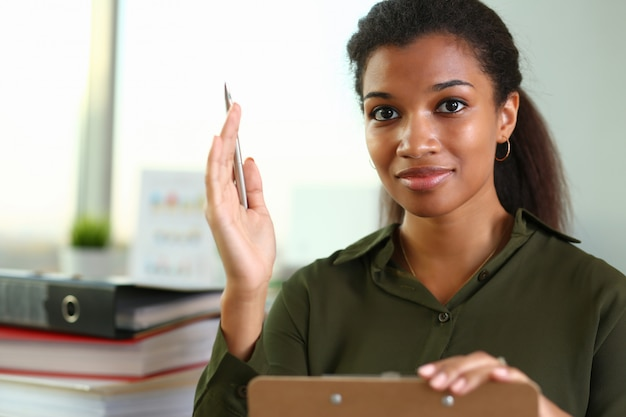 Een onderneemster houdt een hand met een pen tegen