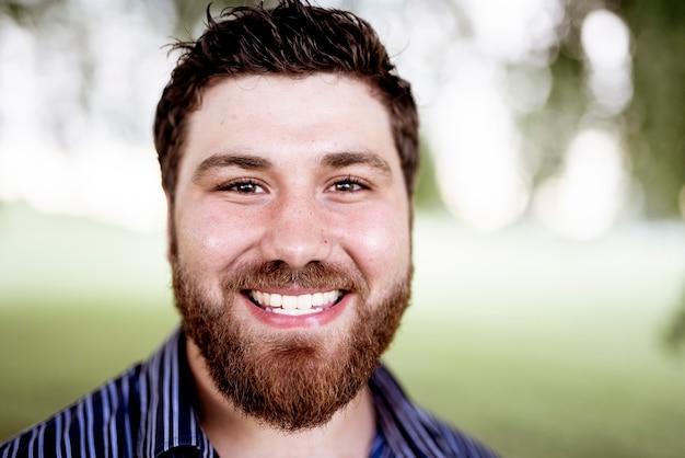 Een ondiepe focus shot van een glimlachende blanke blanke man
