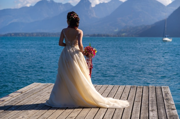 Een ongebruikelijk langwerpig bruidsboeket in de handen van de bruid
