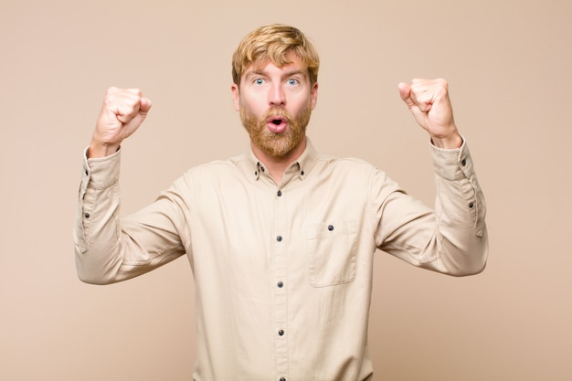Een ongelooflijk succes vieren als een winnaar, opgewonden en blij kijken en zeggen: neem dat!