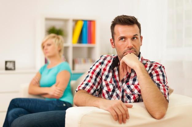 Een ongelukkig stel heeft problemen in de relatie