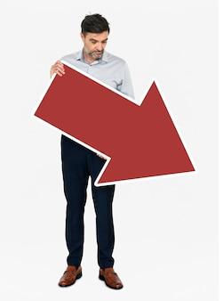 Een ongelukkige zakenman die een rode pijl houdt