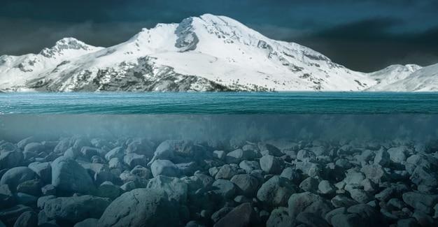 Een ongewoon uitzicht op een besneeuwde berg
