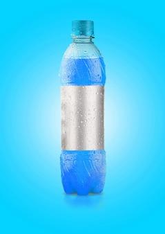 Een onregelmatig gevormd plastic frisdrank- of mineraalfles gekleurd oppervlak