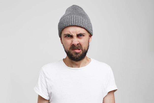 Een ontevreden mannelijk model van een gerimpeld gezicht