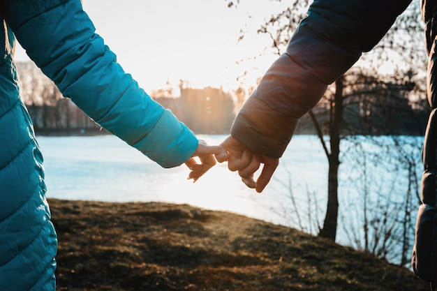 Een ontmoeting van geliefden op valentijnsdag in het stadspark 's avonds.
