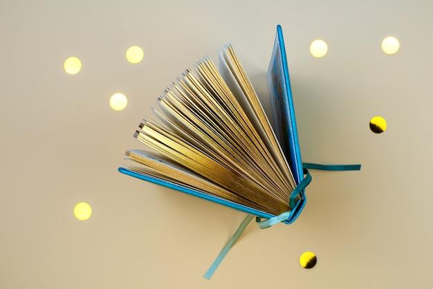 Een open dagboek of een boek met gouden pagina's.