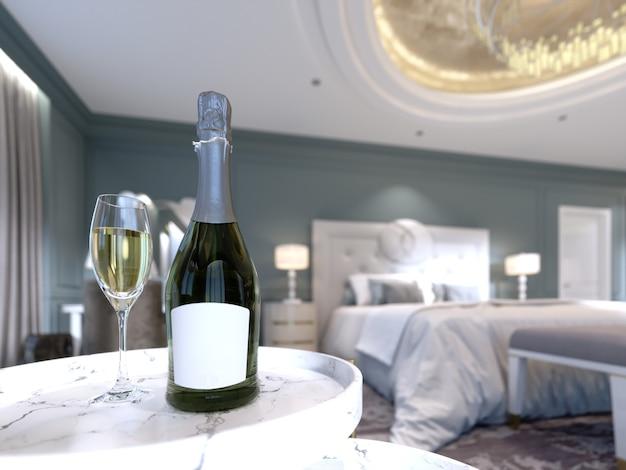 Een open fles champagne met een glas wijn op de tafel in de slaapkamer, scherptediepte-effect. 3d-rendering