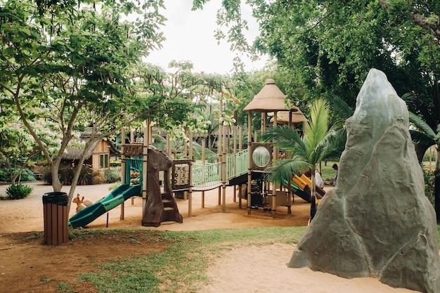 Een openbare speeltuin in een park op het eiland mauritius. kleurrijke speeltuin in het park. een park met een reeks moderne speeltuinen.