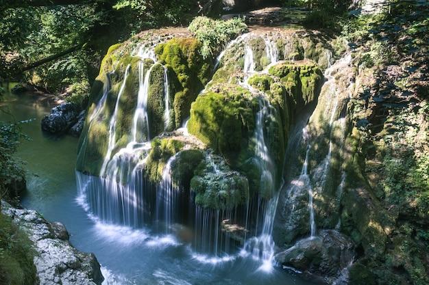 Een opname vanuit een hoge hoek van prachtig water dat langs de klif stroomt