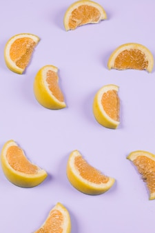 Een oranje plakjes op paarse achtergrond