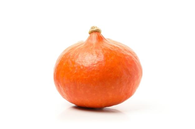Een oranje pompoen geïsoleerd op wit