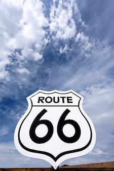 Een oud, antiek, nostalgisch route 66 bord en hemel