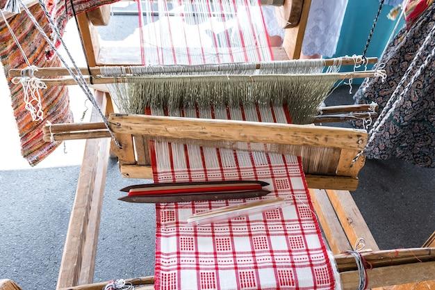 Een oud handweefgetouw staat op de tentoonstelling van volksambachten