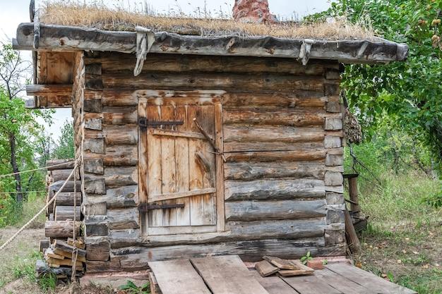 Een oud houten badhuis staat in de tuin aan de rand van het dorp the old village way of life Premium Foto