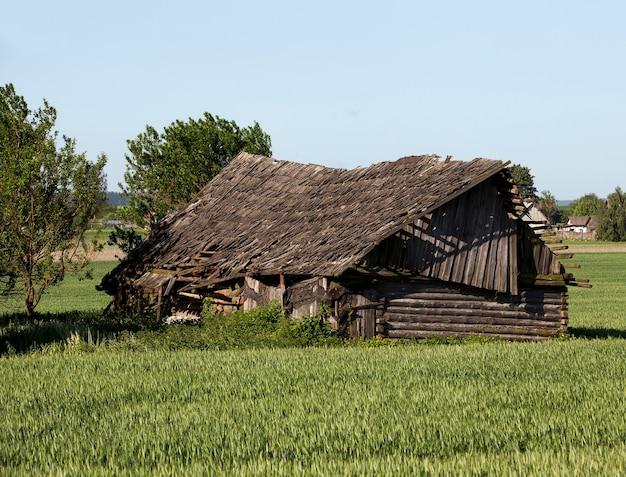 Een oud houten huis, gefotografeerd in wit-rusland