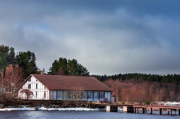 Een oud huis aan het meer het witte huis
