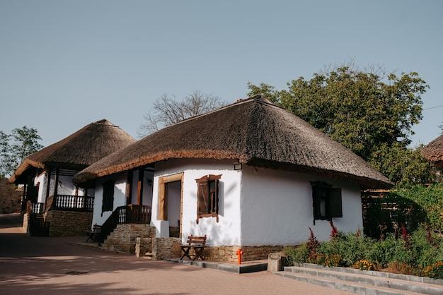 Een oud huis met een rieten dak