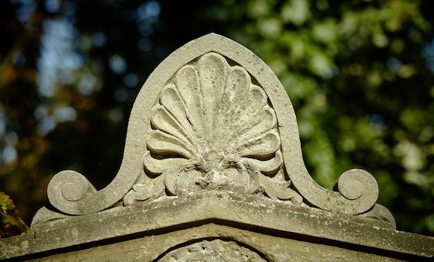 Een oud ornament op het graf van de 18e eeuw
