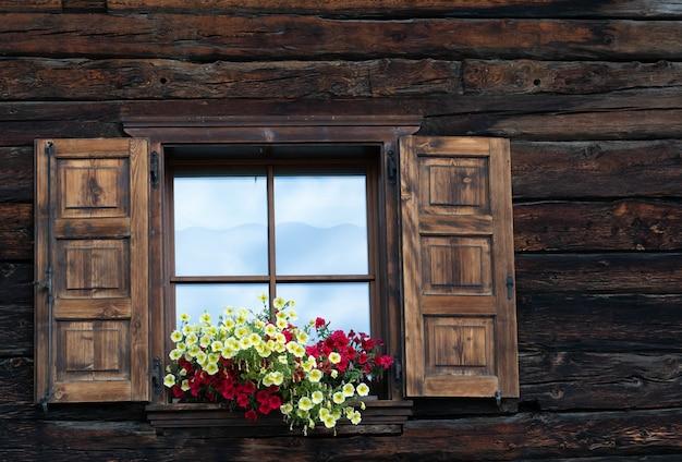 Een oud raam in een berghuis