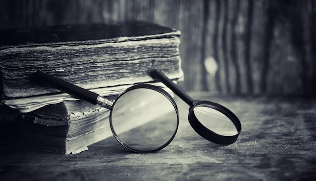 Een oud retro boek op tafel. een encyclopedie van het verleden op een oud houten aanrecht. een oud boek uit de bibiotica, een folio, een constitutie, bijbel.