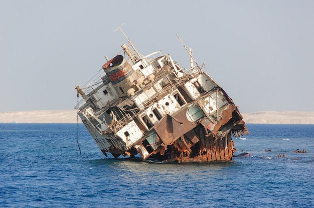 Een oud schip op zee.