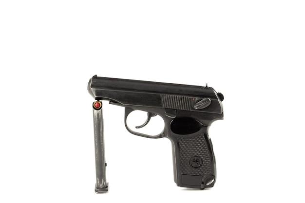 Een oud sovjet-pistool en zijn clip, geïsoleerd op een witte achtergrond