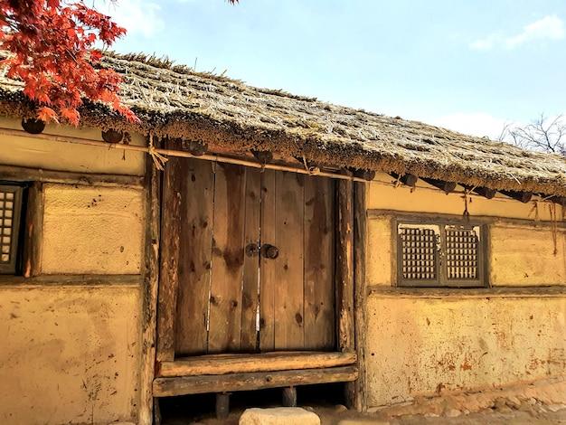 Een oud vintage huis met houten ramen en deur