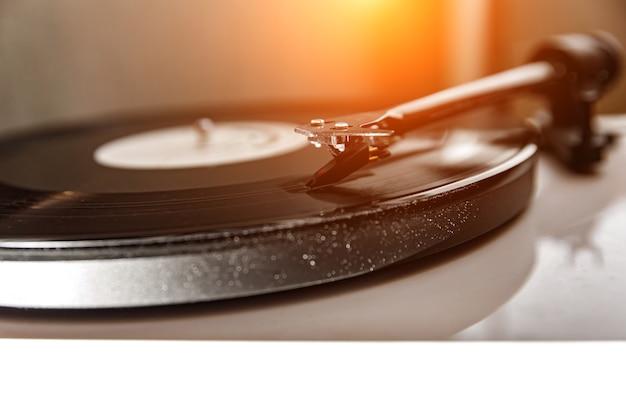 Een oud vinyl spelen. stof op de draaitafel. naaldclose-up.