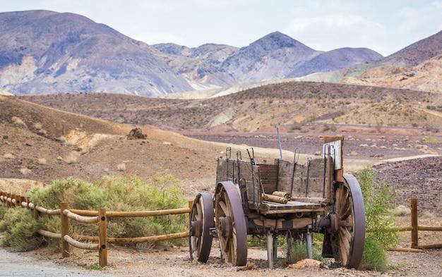 Een oude afgebroken wagen die op het gebied wordt verlaten