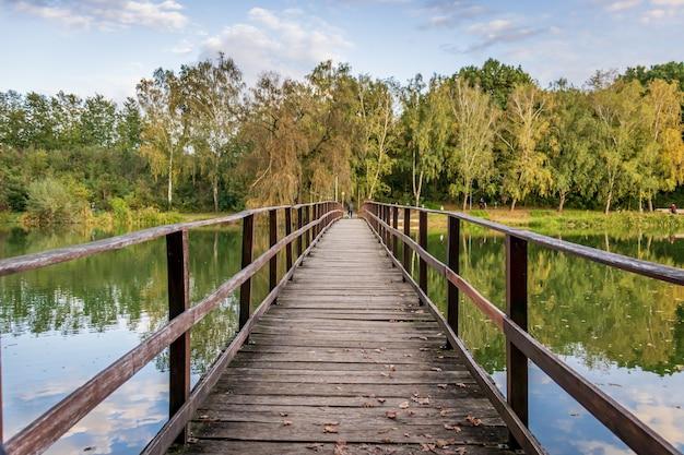 Een oude houten brug bij lake gebart in zalaegerszeg hongarije