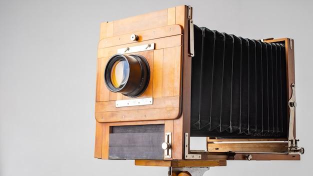 Een oude houten camera van de vorige eeuw met een accordeon.