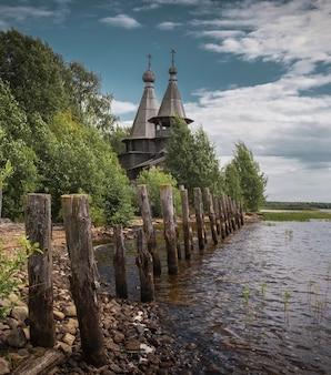 Een oude houten kerk van de driekoningen in het dorp cholmuzhi, district medvezhyegorsk van de republiek karelië in noord-rusland, aan de oever van het onega-meer.