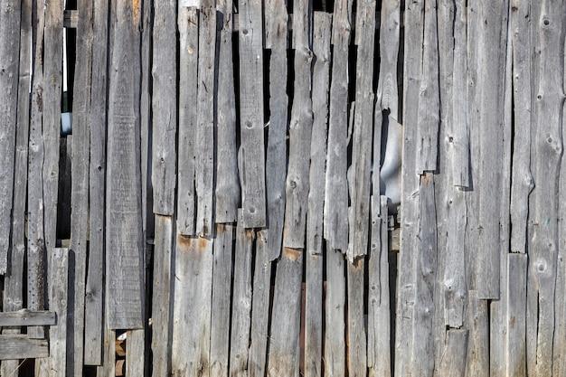 Een oude houten muur van planken vervallen behuizing