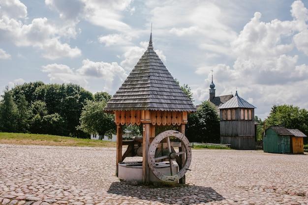 Een oude houten put op het plein