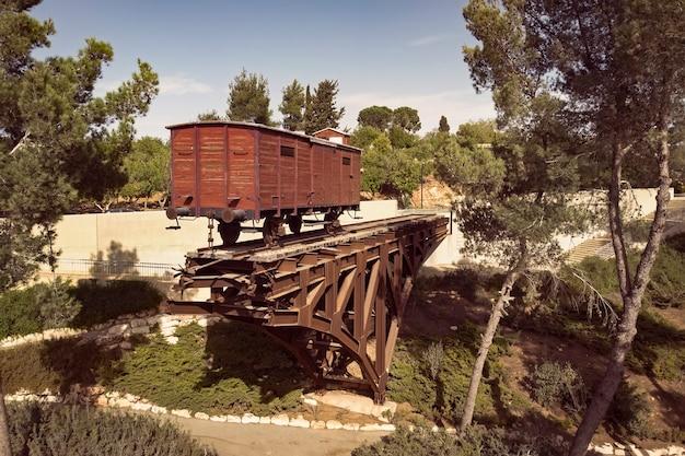 Een oude houten veewagen die tijdens de holocaust werd gebruikt om joden naar concentratiekampen te vervoeren. yad vashem.