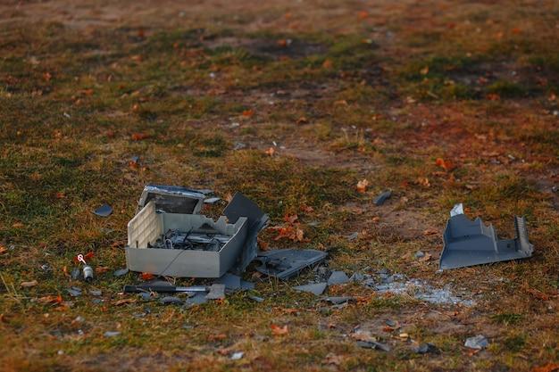 Een oude kapotte tv die op het gras ligt