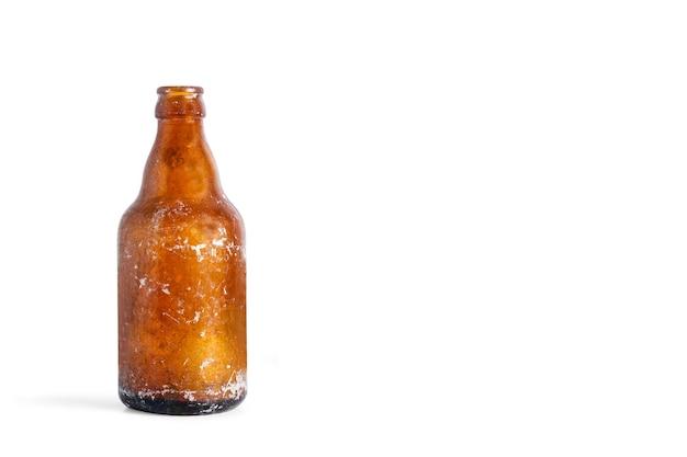 Een oude lege fles bier op een witte achtergrond met kopieerruimte