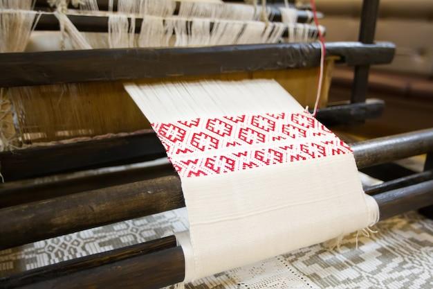 Een oude machine voor het weven van handdoeken. spinmachine. de wit-russische handdoek. een handdoek maken
