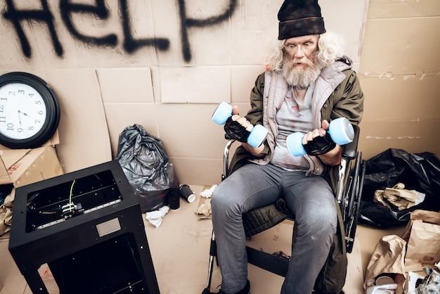 Een oude man die een 3d-printer gebruikte, maakte zichzelf tot een halter.