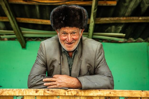 Een oude man die in het dorp in de natuur woont
