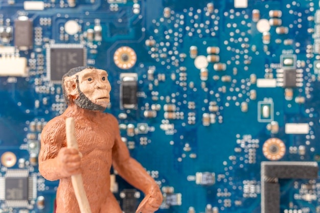 Een oude man die voor een computermotherboard, technologieconcept staat