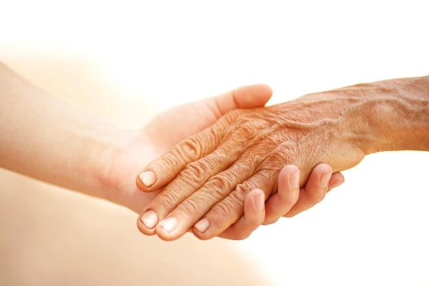 Een oude man en een kind hand in hand samen