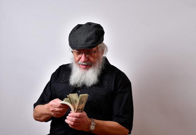 Een oude man met een baard die zijn geld telt