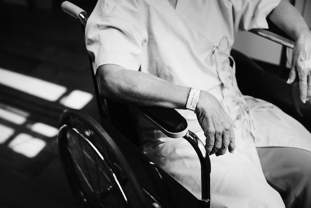Een oude patiënt in een ziekenhuis