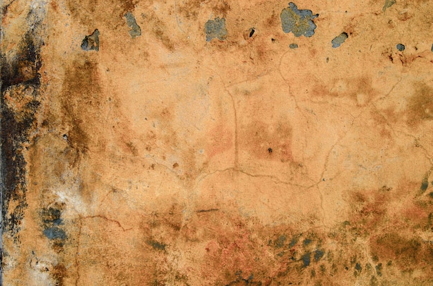 Een oude peeling oranje muur.