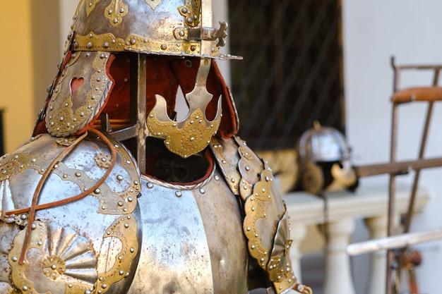 Een oude ridderhelm met harnas. een middeleeuws concept
