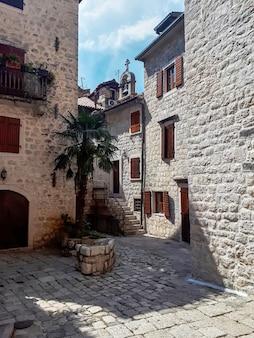 Een oude straat van kotor, montenegro